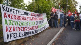 Budapest, 2013. szeptember 10.Devizahitel-károsultak és a velük szimpatizálók demonstrálnak Orbán Viktor miniszterelnök budai házánál 2013. szeptember 10-én. A Nem adom a házam mozgalom által szervezett ülősztrájk november elsejéig vagy a kilakoltatások leállításáig tart a résztvevők elmondása szerint. A demonstrációhoz csatlakozott a Haza Nem Eladó Mozgalom és több, a devizahitel-károsultakat képviselő civil szervezet is.MTI Fotó: Beliczay László