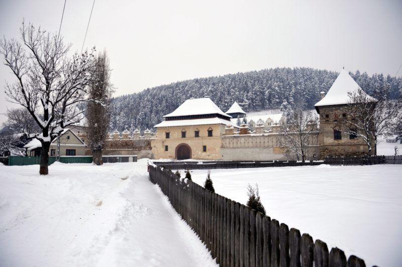 Gyergyószárhegy, 2014. január 25. Az erdélyi reneszánsz építészet egyik legszebb mûemléke a gyergyószárhegyi Lázár-kastély 2014. január 25-én. Az épület eddig a Hargita Megyei Tanács kezelésében, állandó képzõmûvészeti kiállításnak adott otthont, és nyaranta, évtizedeken keresztül képzõmûvészeti alkotótábor mûködött a kastélyban. Az örökösök ez évtõl szeretnék birtokba venni a létesítményt, ezért jelenleg a kiállított alkotások kiköltöztetése van folyamatban. MTI Fotó: Beliczay László
