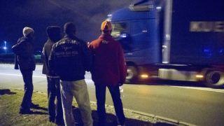 Calais, 2015. augusztus 12.  Illegális bevándorlók várakoznak, hogy bejussanak a Nagy-Britanniát és Franciaországot összekötõ Csatorna-alagút vasúti vágányaihoz a franciaországi Calais-ban 2015. augusztus 11-én. A bevándorlók a Csatorna-alagúton át akarnak átmenni Franciaországból Nagy-Britanniába. MTI Fotó: Balogh Zoltán