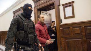 Budapest, 2017. november 14. A terrorcselekménnyel vádolt Ahmed H. szír férfi távozik az ügyének megismételt elsõfokú eljárása miatt indult per tárgyalásáról a Kúrián 2017. november 14-én. MTI Fotó: Balogh Zoltán
