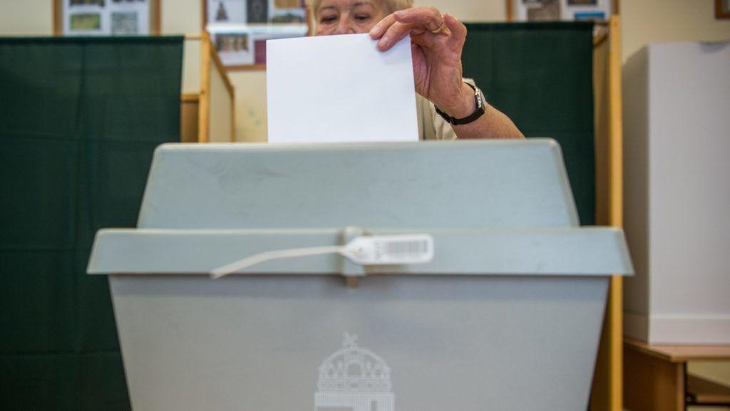 Budapest, 2018. július 8. Szavazó a józsefvárosi idõközi polgármester-választáson a BVHSZC Bókay János szakközépiskolájában 2018. július 8-án. MTI Fotó: Balogh Zoltán
