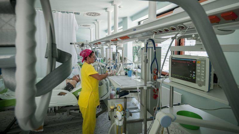 Berettyóújfalu, 2013. augusztus 8. A felújított berettyóújfalui Gróf Tisza István Kórház intenzív osztálya 2013. augusztus 8-án. A kórház új, központi technológiai tömbjében mûtõ, intenzív ellátó, sterilizáló, diagnosztikai laboratórium és gyógyszertár kapott helyet. A kórház felújítási költségeinek kilencven százalékát, 2,2 milliárd forintot európai uniós támogatásból finanszíroztak. MTI Fotó: Czeglédi Zsolt