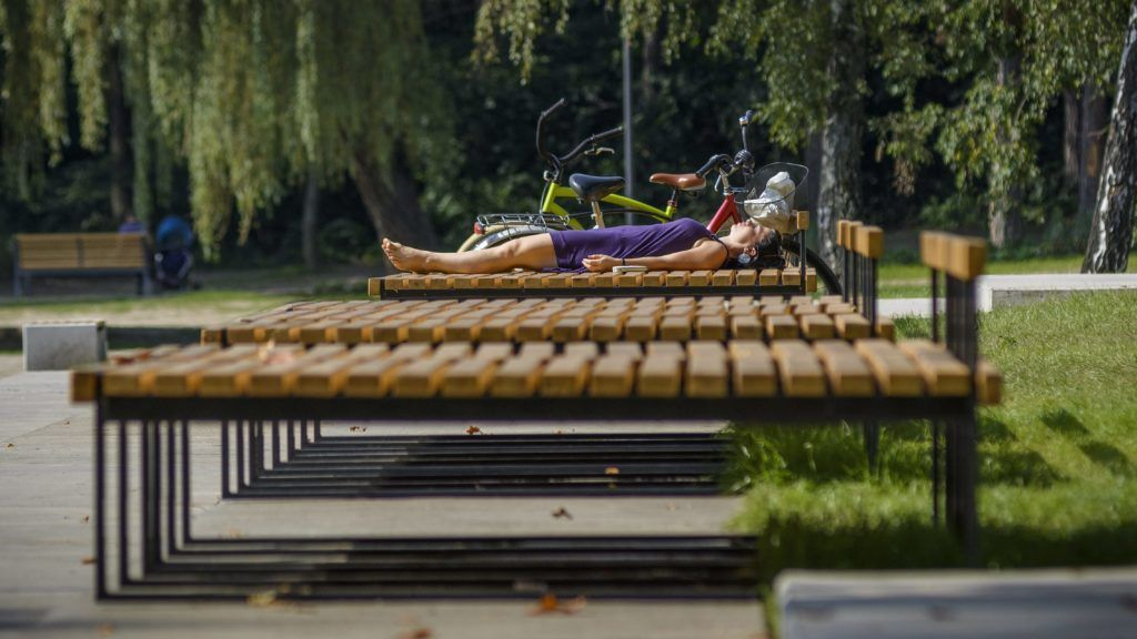 Debrecen, 2014. szeptember 1. Egy fiatal nõ napozik a debreceni Békás-tónál 2014. szeptember 1-jén. Az õsz elsõ napján az ország keleti felében marad a nyárias meleg idõ, akár 30 fokig is emelkedhet a hõmérséklet. Az ország nyugati részén esõs, hûvös idõ várható, néhol a legmelegebb órákban is csak 15 Celsius-fok lehet. MTI Fotó: Czeglédi Zsolt