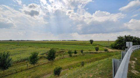 Debrecen, 2018. július 31. Mezõgazdasági földterület Debrecen határában, a 33-as fõút mellett 2018. július 31-én. Ezen a területen és környékén épít gyárat a BMW Group, a beruházás értéke meghaladja majd az egymilliárd eurót. A debreceni gyáregység képes lesz ugyanazon a soron hagyományos robbanómotorral és elektromotorral ellátott jármûvek elõállítására, és az új üzemben akár évi 150 ezer jármût gyárthatnak majd. MTI Fotó: Czeglédi Zsolt
