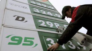 Kál, 2009. december 30. Egy munkás az ártáblákat cseréli a MOL Zrt. egyik benzinkútjánál az M3-as autópályán Kál közelében. A társaság a benzin árát bruttó 6, a gázolajét 4 forinttal emelte 2009. december 30-án. Január elsején további áremelkedés lesz a jövedéki adó szabályainak változása miatt, az MTI számítása szerint a benzin mintegy 14 forinttal, a gázolaj 9 forinttal kerül majd többe. Így január elsején a benzin ára történelmi csúcsra jut, elérheti a 320 forintot, míg eddigi legmagasabb ára a 2008. júniusi 317 forint volt. Az autósok 10-30 forintos árkülönbséget is tapasztalhatnak a kutaknál. MTI Fotó: H. Szabó Sándor