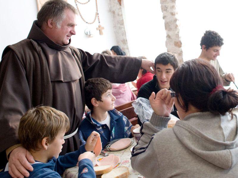 Déva, 2011. november 13.Böjte Csaba reggeliző gyerekekkel beszélget a Dévai Szent Ferenc Alapítvány Magyarok Nagyasszonya Gyermekotthonában, Déván. A ferences rendi szerzetes által létrehozott szervezet célja a Románia-szerte rossz körülmények között élő gyerekek és árvák felkarolása. Az alapítvány Románia több településén hozott létre gyermekotthonokat, ahol a gyerekek nevelőszülők irányítása alatt 8-10 fős családokban élnek. MTI Fotó: Kollányi Péter
