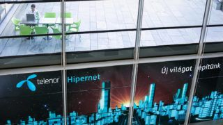 Törökbálint, 2012. augusztus 1.Reklámfelirat a Telenor Magyarország Zrt. törökbálinti székházában 2012. augusztus 1-jén.MTI Fotó: Mohai Balázs