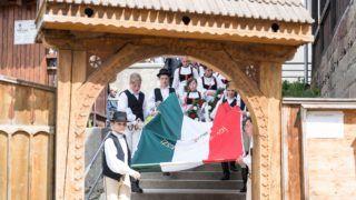 Lövéte, 2018. május 27. Székely népviseletbe öltözött fiatalok Lövéte testvérvárosától, Maglódtól kapott országzászlót  visznek a lövétei hõsi emlékmûhöz, ahol a magyar hõsök emlékünnepe alkalmából tartottak megemlékezést 2018. május 27-én. Az Országgyûlés 2001-ben nyilvánította a magyar hõsök emlékünnepévé minden esztendõ májusának utolsó vasárnapját. MTI Fotó: Veres Nándor