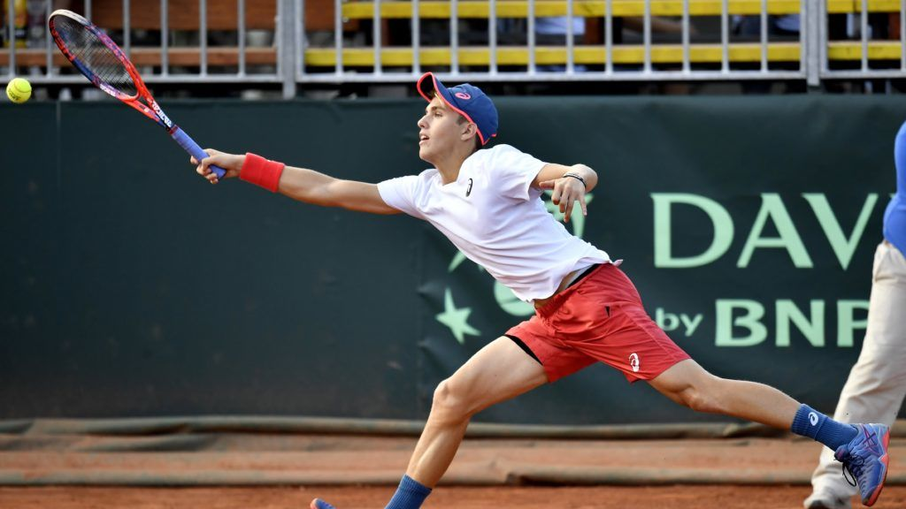 Budapest, 2018. szeptember 16. Piros Zsombor játszik a cseh Lukas Rosol ellen a tenisz Davis Kupa Magyarország - Csehország osztályozóján a Lurdy-ház parkolójában felállított teniszpályán 2018. szeptember 16-án. MTI Fotó: Illyés Tibor