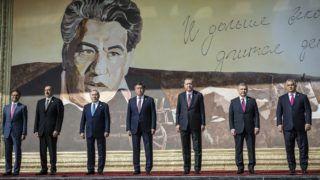 Csolpon-Ata, 2018. szeptember 3. A Miniszterelnöki Sajtóiroda által közreadott képen Ilham Alijev azeri (b2), Nurszultán Nazarbajev kazah (b3), Szooronbaj Zseenbekov kirgiz (b4), Recep Tayyip Erdogan török (b5) és Savkat Mirzijojev üzbég államfõ (b6), valamint Orbán Viktor miniszterelnök (j) és Ramil Hasanov, a Türk Tanács fõtitkára (b) a türk nyelvû államok együttmûködési tanácsának VI. ülése elõtt a kirgizisztáni Csolpon-Atában 2018. szeptember 3-án. MTI Fotó: Miniszterelnöki Sajtóiroda / Szecsõdi Balázs