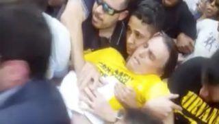 Juiz de Fora, 2018. szeptember 7. Videofelvételrõl készített képen Jair Bolsonaro szélsõjobboldali brazil elnökjelöltet (k) viszik támogatói  közvetlenül azután, hogy megkéselték a Juiz de Forában rendezett kampányrendezvényen 2018. szeptember 6-án. Bolsonaro rendkívül sok vért vesztett, életveszélyes állapotba került, de hosszadalmas mûtéttel sikerült stabilizálni a politikus állapotát. A rendõrség közlése szerint elfogták a késelõt. Brazíliában október 7-én elnökválasztást tartanak, továbbá megválasztják a parlamentet és a szövetségi tagállamok kormányzóit is. (MTI/AP/Fernando Goncalves)