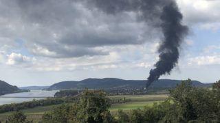 Szob, 2018. szeptember 29. Füst gomolyog Szob térségében, ahol a léüzemben mûanyag rekeszek és hordók gyulladtak ki 2018. szeptember 29-én. Személyi sérülés nem történt, de a tûzvész a közelben egy gáztározót is veszélyeztetett. A tüzet a tûzoltók megfékezték. MTI Fotó: Pach Ferenc