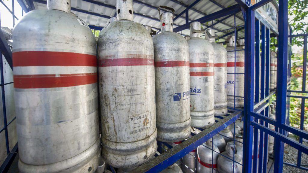 Orosháza, 2013. június 27. Gázpalackok sorakoznak egy gázcseretelepen Orosházán 2013. július 27-én. Július 1-jétõl csökken a PB-gáz ára: a vezetékes, a tartályos és a palackos propán-bután- (PB-) gáz is hatósági áras, és így 10 százalékkal olcsóbb lesz. MTI Fotó: Rosta Tibor