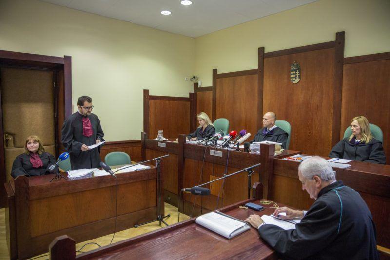 Szeged, 2018. szeptember 20. Vörös István ügyész (b2) beszél, jobbról Mezõlaki Erik bíró (j3) és Bárándy Péter ügyvéd (j2) Ahmed H. szír férfi ügyének másodfokú tárgyalásán a Szegedi Ítélõtáblán 2018. szeptember 20-án. A vádlottat  elsõ fokon a Szegedi Törvényszék hét év fegyházbüntetéssel sújtotta, és tíz évre kiutasította Magyarország területérõl tömegzavargás résztvevõjeként elkövetett határzár tiltott átlépése és társtettesként, állami szerv kényszerítése céljából személy elleni erõszakos bûncselekmény elkövetésével megvalósított terrorcselekmény bûntette miatt. MTI Fotó: Rosta Tibor