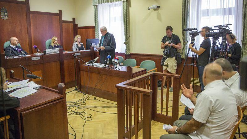 Szeged, 2018. szeptember 20.Bárándy Péter ügyvéd (k) beszél Ahmed H. szír férfi (elöl j) ügyének másodfokú tárgyalásán a Szegedi Ítélőtáblán 2018. szeptember 20-án. A vádlottat első fokon a Szegedi Törvényszék hét év fegyházbüntetéssel sújtotta, és tíz évre kiutasította Magyarország területéről tömegzavargás résztvevőjeként elkövetett határzár tiltott átlépése és társtettesként, állami szerv kényszerítése céljából személy elleni erőszakos bűncselekmény elkövetésével megvalósított terrorcselekmény bűntette miatt.MTI Fotó: Rosta Tibor