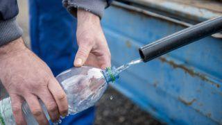Orfû, 2017. december 23. Lajtos kocsiból ivóvizet töltenek Orfûn 2017. december 23-án. A község vízellátását biztosító Toplica-kút vize a tíz nappal ezelõtti nagy esõzés miatt opálossá, zavarossá vált, a vezetékes ivóvíz legkevesebb 15 perces forralás után alkalmas csak emberi fogyasztásra, ezért lajtos kocsival biztosítják a tiszta, egészséges ivóvizet. MTI Fotó: Sóki Tamás