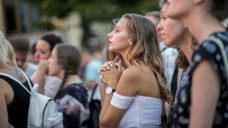 Pécs, 2018. július 25. Fiatalok a felsõoktatási ponthatárok bejelentésén, a Pont Ott Parti rendezvényen Pécsen a Széchenyi téren 2018. július 25-én. A bejelentéssel eldõlt, hogy a csaknem 108 ezer jelentkezõ közül hányan kerülnek be az általános eljárásban egyetemre, fõiskolára. MTI Fotó: Sóki Tamás