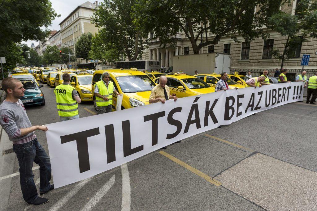 Budapest, 2015. június 16. Taxisok álló demonstrációja a Fuvarozó Vállalkozók Országos Szövetsége (FUVOSZ) és az Országos Taxis Szövetség (OTSZ) szervezésében Budapesten, az V. kerületi Alkotmány utcában 2015. június 16-án. A taxisok azért demonstráltak, mert a törvényhozás nem fogadta el a taxis rendeletet. MTI Fotó: Szigetváry Zsolt