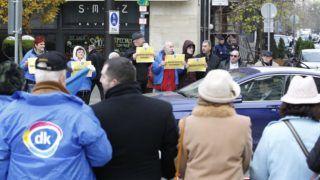 Budapest, 2016. november 8. A Demokratikus Koalíció aktivistái flashmobot tartanak az alaptörvény tervezett módosítása ellen a Kossuth téren 2016. november 8-án. Az Országgyûlés várhatóan délelõtt szavaz az alaptörvény hetedik, Orbán Viktor miniszterelnök által javasolt módosításáról, amely tiltaná idegen népesség Magyarországra telepítését. MTI Fotó: Szigetváry Zsolt