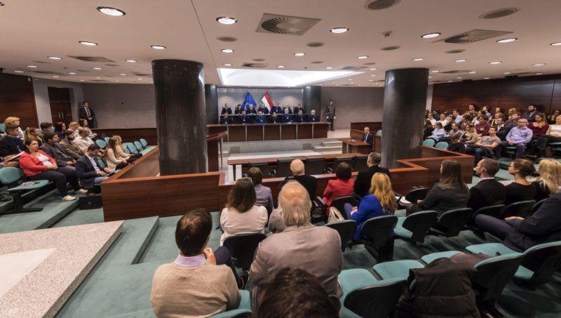 Budapest, 2017. október 17. Az Alkotmánybíróság nyilvános ülését követõen, az állami tulajdonú földek értékesítéséves kapcsolatban  tartott nyilvános határozathirdetés 2017. október 17-én. MTI Fotó: Szigetváry Zsolt