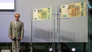 Frankfurt, 2018. szeptember 17. Yves Mersch, az Európai Központi Bank igazgatótanácsának tagja az új 100 és 200 eurós bankjegyek bemutatásán az EKB frakfurti székházában 2018. szeptember 17-én. Az új bankjegyeket 2019. május 28-án bocsátják ki. (MTI/EPA/Armando Babani)
