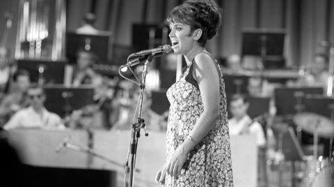 Budapest, 1967. augusztus 2.Ambrus Kyri énekli a Nappalok és éjszakák című számot a táncdalfesztivál harmadik elődöntőjében a Madách Színházban.MTI Fotó: Keleti Éva