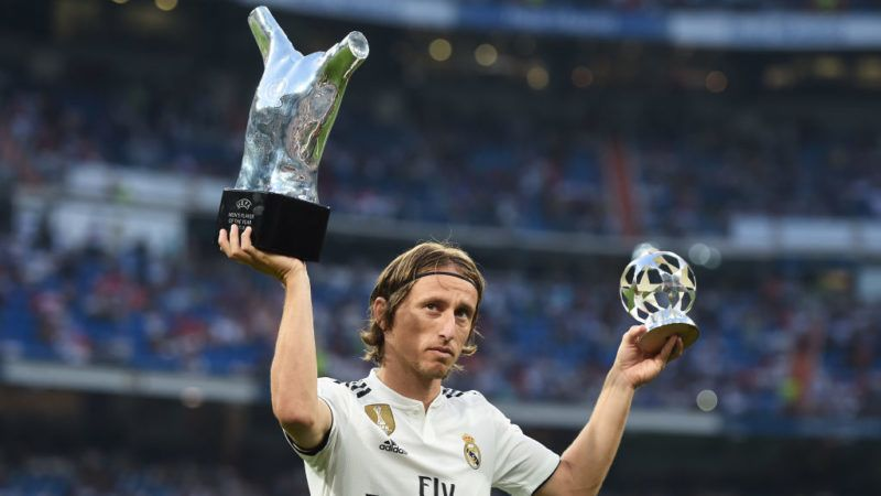 MADRID, SPAIN - SEPTEMBER 01:  Luka Modric of Real Madrid celebrates with his 2017/18 UEFA Men's Player of the Year award before the La Liga match between Real Madrid CF and CD Leganes at Estadio Santiago Bernabeu on September 1, 2018 in Madrid, Spain. (Photo by Denis Doyle/Getty Images)