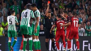 SEVILLE, SPAIN - SEPTEMBER 02:  Spanish referee Gil Manzano shows red card to Roque Mesa during the La Liga match between Real Betis Balompie and Sevilla FC at Estadio Benito Villamarin on September 2, 2018 in Seville, Spain.  (Photo by Aitor Alcalde Colomer/Getty Images)