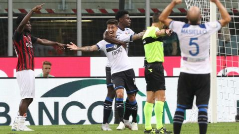 MILAN, ITALY - SEPTEMBER 23:  Emiliano Rigoni (C) of Atalanta BC celebrates his goal during the serie A match between AC Milan and Atalanta BC at Stadio Giuseppe Meazza on September 23, 2018 in Milan, Italy.  (Photo by Marco Luzzani/Getty Images)