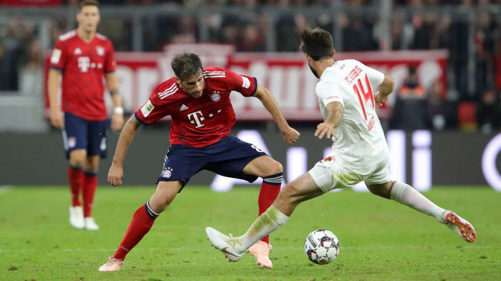 MUNICH, GERMANY - SEPTEMBER 25:  Javier Martinez of Bayern Munich is challanged by Jan Moravek of Augsburg during the Bundesliga match between FC Bayern Muenchen and FC Augsburg at Allianz Arena on September 25, 2018 in Munich, Germany.  (Photo by Alexander Hassenstein/Bongarts/Getty Images)