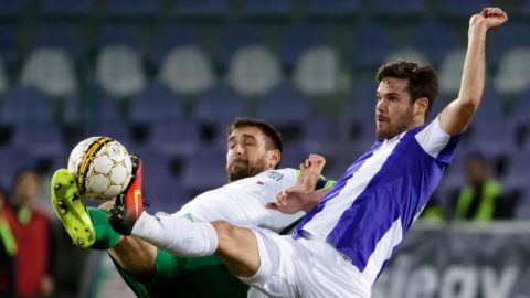 BUDAPEST, HUNGARY - MARCH 4: David Kalnoki Kis (R) of Ujpest FC competes for the ball with Daniel Bode #13 of Ferencvarosi TC during the Hungarian OTP Bank Liga match between Ujpest FC and Ferencvarosi TC at Ferenc Szusza Stadium on March 4, 2017 in Budapest, Hungary. (Photo by Laszlo Szirtesi/Getty Images)