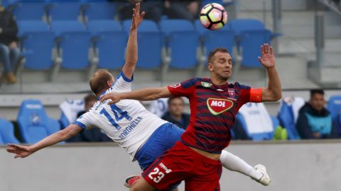 BUDAPEST, HUNGARY - APRIL 22: Sandor Torghelle #14 of MTK Budapest battles for the ball in the air with Roland Juhasz #23 of Videoton FC during the Hungarian OTP Bank Liga match between MTK Budapest and Videoton FC at Nandor Hidegkuti Stadium on April 22, 2017 in Budapest, Hungary. (Photo by Laszlo Szirtesi/Getty Images)