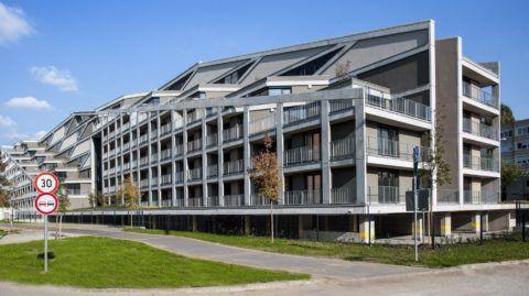 """Debrecen, 2017. szeptember 29.  Az """"A"""" épület homlokzata. Közel egy év alatt felépült Debrecenben a Dóczy Lakópark három tömbbõl álló épületegyüttese, a a BORD Építész Stúdió tervei alapján, a Dóczy Ingatlanfejlesztõ Kft. beruházásában, a HUNÉP Universal Zrt. kivitelezésével. Az építkezés végére a 237 lakás 80 százaléka vevõre talált. A lakóparkban egy idõben több mint 500 fõ folyamatos lakhatására nyílik lehetõség. Az egyedi homlokzati kialakítású és tömegszerkezetû házba megkezdõdött a tulajdonosok és bérlõk beköltözése. MTVA/Bizományosi: Oláh Tibor  *************************** Kedves Felhasználó! Ez a fotó nem a Duna Médiaszolgáltató Zrt./MTI által készített és kiadott fényképfelvétel, így harmadik személy által támasztott bárminemû – különösen szerzõi jogi, szomszédos jogi és személyiségi jogi – igényért a fotó készítõje közvetlenül maga áll helyt, az MTVA felelõssége e körben kizárt."""