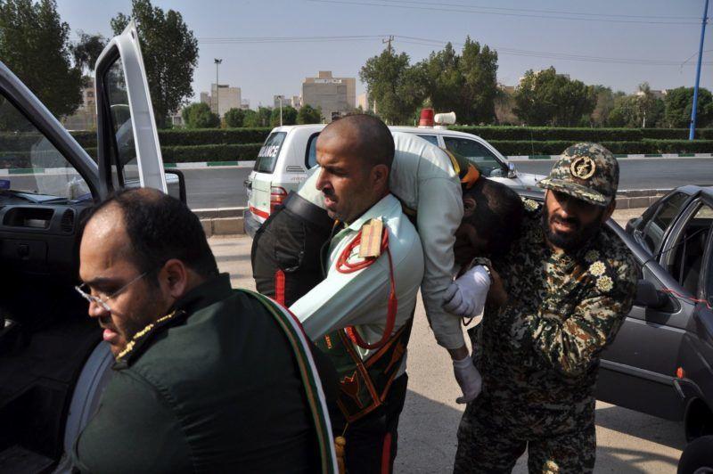Ahváz, 2018. szeptember 22. Sebesült társát viszi egy katona a délnyugat-iráni Ahváz városában, ahol ismeretlen fegyveresek tüzet nyitottak és megölték a Forradalmi Gárda legalább nyolc tagját, továbbá húsz embert megsebesítettek egy katonai parádén 2018. szeptember 22-én. (MTI/EPA/Behrad Ghasemi)