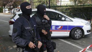 """Trappes, 2018. augusztus 23. Kommandósok a késes támadás helyszínén a Párizs közelében lévõ Trappes településen 2018. augusztus 23-án. A támadót, aki arabul azt kiáltotta: """"Allahu akbar"""" (Allah hatalmas) a rendõrök agyonlõtték. A támadásban két ember vesztette életét. (MTI/AP/Michel Euler)"""
