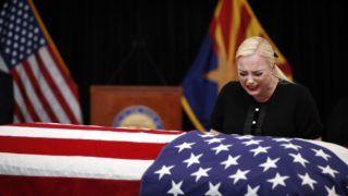 Phoenix, 2018. augusztus 29. Meghan McCain, John McCain arizonai szenátor, volt republikánus amerikai elnökjelölt lánya apja a koporsójánál az arizonai Phoenixben rendezett búcsúztatáson 2018. augusztus 29-én. McCain augusztus 25-én, 81 éves korában halt meg agydaganatban. (MTI/AP pool/Jae C. Hong)