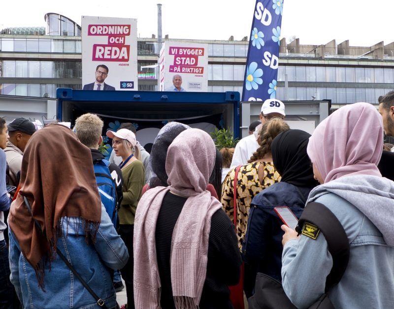 Stockholm, 2018. szeptember 4. A bevándorlásellenes Svéd Demokraták párt kampányoló aktivistáját hallgatják fiatal nõk Stockholmban 2018. augusztus 31-én. A parlamenti választásokat szeptember 9-én tartják Svédországban. (MTI/AP/Michael Probst) *** Local Caption *** 53000073
