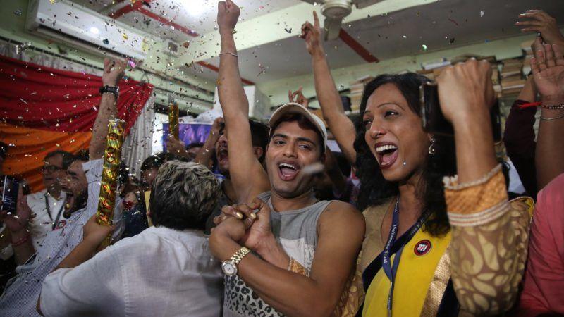 Mumbai, 2018. szeptember 6. A leszbikusok, melegek, biszexuálisok és transzszexuálisok (LGBT) közösségének tagjai ünnepelnek Mumbaiban 2018. szeptember 6-án, miután az indiai legfelsõbb bíróság eltörölte a homoszexualitást büntetõ, csaknem másfél évszázada hozott törvényt. A még a brit gyarmati uralom idején hatályba lépett törvény tíz évig terjedõ szabadságvesztéssel büntette az azonos nemûek szexuális kapcsolatát. (MTI/AP/Rafik Makbul)
