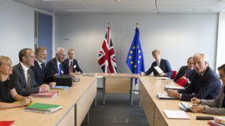 Brüsszel, 2018. szeptember 6. Michel Barnier, az Európai Bizottságnak a brit kiválás ügyében felelõs fõtárgyalója (j2) és Dominic Raab, a Nagy-Britannia Európai Unióból való kilépésérõl folytatott tárgyalásokért felelõs brit miniszter (b2) megbeszélést tart egy brüsszeli uniós épületben 2018. szeptember 6-án. (MTI/AP pool/Virginia Mayo)