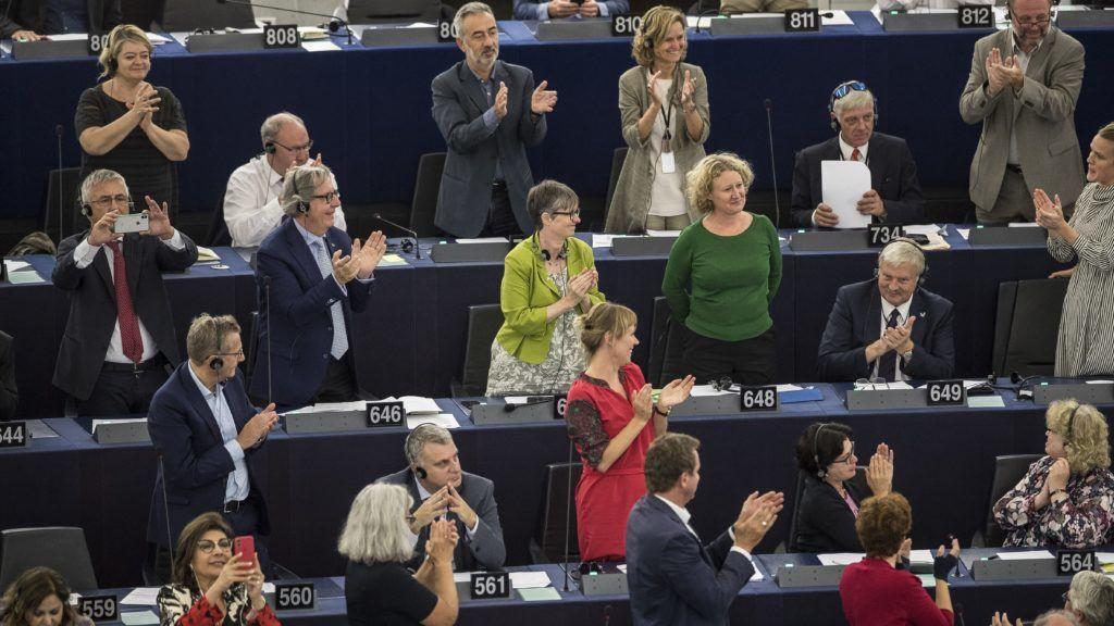 Strasbourg, 2018. szeptember 12. Judith Sargentini holland zöldpárti képviselõt (k, jobbról) megtapsolják képviselõtársai a nevét viselõ Sargentini-jelentés megszavazását követõen az Európai Parlament plenáris ülésén, Strasbourgban 2018. szeptember 12-én. A képviselõk a magyar jogállamisági helyzetrõl szóló különjelentést 448 igen szavazattal, 197 ellenében, 48 tartózkodás mellett fogadták el. (MTI/AP/Jean-Francois Badias)