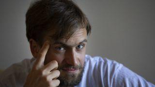 Moszkva, 2018. szeptember 13. 2018. szeptember 7-én Moszkvában készített képen Pjotr Verzilov, a Pussy Riot orosz punkzenekar egyik aktivistája, a Vojna (Háború) mûvészcsoport alapítója interjút ad az Associated Press amerikai hírügynökségnek. Verzilovot szeptember 12-én válságos állapotban szállították kórházba, hozzátartozói mérgezésre gyanakodnak. Verzilov barátnõje, Veronyika Nikulsina, aki szintén aktivistája az együttesnek, elmondta, hogy Verzilov azután került kórházba, miután beszéd- és mozgászavarai támadtak, valamint egyre rosszabbul látott. A férfit a toxikológián kezelik. (MTI/AP/Alekszandr Zemljanyicsenko)