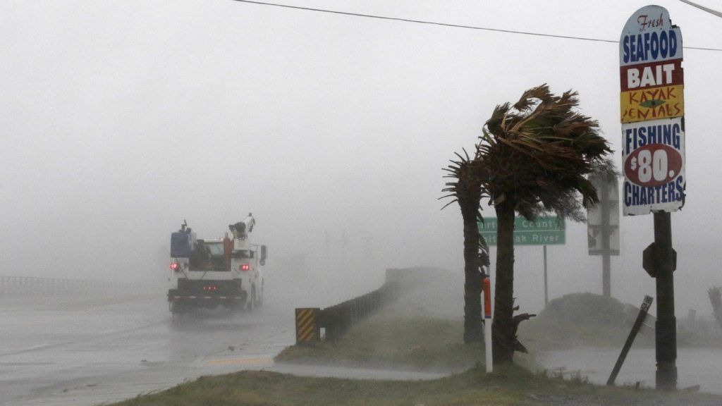Swansboro, 2018. szeptember 14. Teherautó megy a viharban az észak-karolinai Swansboróban 2018. szeptember 13-án, a Florence hurrikán érkezésekor. Az amerikai elnök szükségállapotot hirdetett ki Észak- és Dél-Karolina államokra a trópusi vihar miatt. (MTI/AP/Tom Copeland)