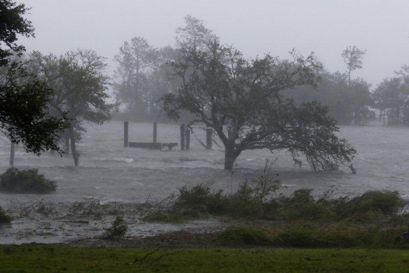 Swansboro, 2018. szeptember 14. Vihar tombol a Florence hurrikán érkezésekor az észak-karolinai Swansboróban 2018. szeptember 14-én, Az amerikai elnök szükségállapotot hirdetett ki Észak- és Dél-Karolina államokra a trópusi vihar miatt. (MTI/AP/Tom Copeland)