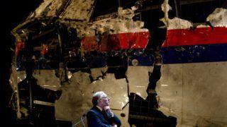 Gilze en Rijen, 2015. október 13. Tjibbe Joustra, a Holland Biztonsági Testület vezetõje, mielõtt ismerteti a Malaysia Airlines malajziai légitársaság szerencsétlenül járt Boeing 777-es utasszállítója katasztrófájának körülményeirõl készült nemzetközi vizsgálat eredményeit egy sajtótájékoztatón a hollandiai Gilze en Rijenben 2015. október 13-án. A repülõgép 2014. július 17-én zuhant le az oroszbarát ukrajnai szakadárok uralta donyecki területen fedélzetén 298 emberrel. (MTI/EPA/Robin van Lonkhuijsen)