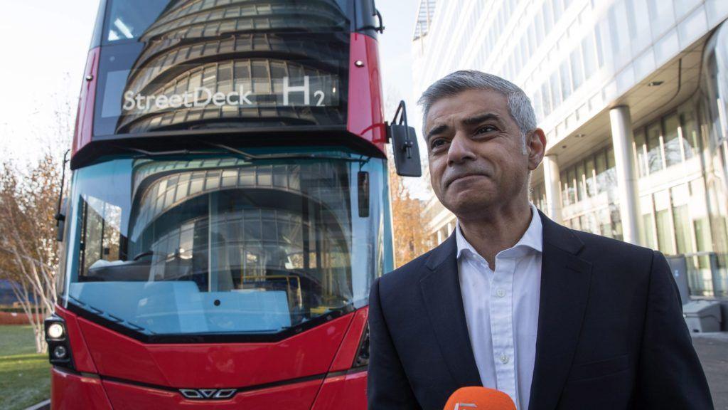 London, 2016. november 30. Sadiq Khan londoni polgármester a világ elsõ hidrogénhajtású emeletes buszát bemutató sajtóeseményen a nemzetközi zéró emissziós buszok konferenciájának megnyitója elõtt Londonban 2016. november 30-án. Khan édesapja 25 éven át dolgozott londoni buszsofõrként. (MTI/EPA/Hayoung Jeon)