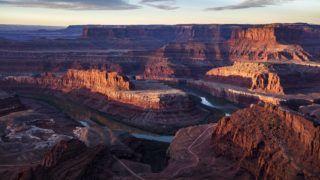 Moab, 2016. december 6. 2016. december 5-én közreadott kép a Colorado folyóról a Utah állambeli Moab közelében fekvõ Medfevül-kanyonban (k) november 12-én. 2015 októberében öt indián nemzetség, köztük a hopik, az uték és a navahók petíciót nyújtottak be, hogy a térséget nyilvánítsák nemzeti emlékhellyé, megakadályozva a környéken található több tízezer régészeti lelet elrablását, az õsi sírok kifosztását. (MTI/EPA/Jim Lo Scalzo)