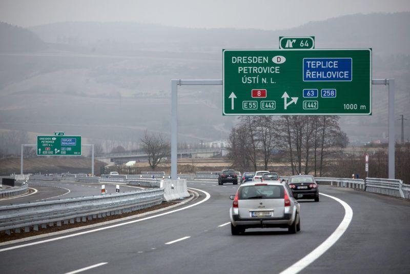 Radejcin, 2016. december 17. A Prágát és Drezdát összekötõ D8-as (Németországban A17-es) autópálya utolsó, most elkészült szakasza Radejcin cseh falunál a megnyitás napján, 2016. december 17-én. (MTI/EPA/Martin Divisek)