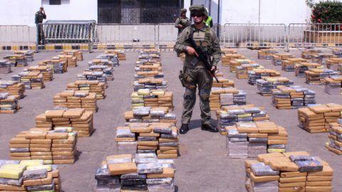 Barranquilla, 2017. április 3. A kolumbiai kábítószer-ellenes ügynökség által közreadott kép kokaint tartalmazó csomagokról az észak-kolumbiai Atlántico megye székhelyén, Barranquilla kikötõvárosban 2017. április 2-án. A kábítószert a legnagyobb kolumbiai bûnszervezet, a Clan del Golfo Spanyolországba készült csempészni egy hajórakomány fémhulladék alatt. A 6,2 tonna lefoglalt kokain feketepiaci értéke mintegy 60 milliárd forint. (MTI/EPA/Kolumbiai kábítószer-ellenes ügynökség)