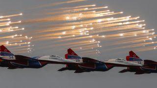 Zsukovszkij, 2017. július 22. Az orosz légierõ Fecskék nevû mûrepülõcsoportja bemutatót tart MiG-29 típusú vadászgépekkel a MAKS 2017 moszkvai nemzetközi repüléstechnikai kiállításon a Moszkva melletti Zsukovszkij katonai repülõtér felett 2017. július 22-én. A légiszalont idén július 18. és 23. között rendezik. (MTI/EPA/Szergej Ilnyickij)