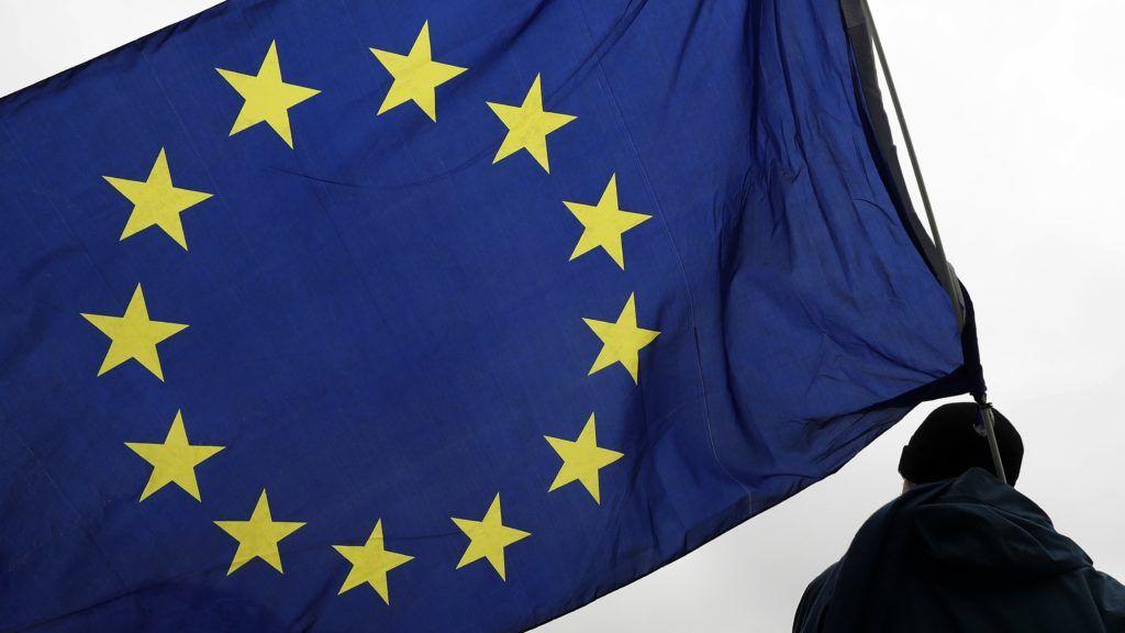Berlin, 2017. november 25. EU-zászlót tart egy uniópárti résztvevõ a havonta rendezett Európa Lüktetése (Pulse of Europe) elnevezésû megmozduláson Berlinben 2017. november 25-én. (MTI/EPA/Felipe Trueba)